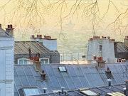 Crépuscule sur les toits de Paris.