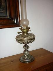 Lampe à pétrole cuivre sculpté.