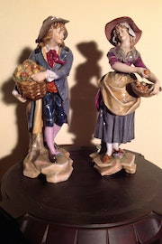 Former couple of peasants carrying basket with apples / Porcelain. Antiguedadesoratam