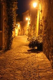Une rue la nuit.