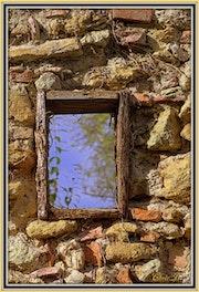 Une fenêtre dans le mur….