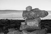 Jeu de galets sur la plage. Mathieu Laugel