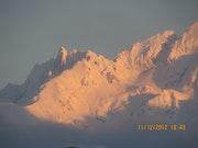 Coucher de soleil sur les sommets enneigés.
