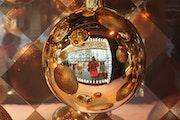 Autoportrait à la boule de Noël.