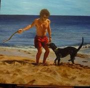Isaac y lobo juegan en la playa.