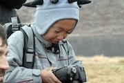 Jeune inuit découvrant la technologie.