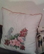 Cojin de raso, pintado flor. M. Pilar
