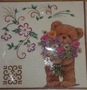 Carte postale brodée «Ourson & le bouquet de Fleurs». Création Unique De Cartes Postales