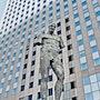 Le colosse (1) Paris-La Défense-Sculpture de bronze. Gérard Pichet
