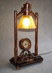 Kupferlampe mit Uhr.