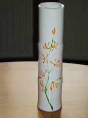 «Orchidée sur bambou » par Plume Magicienne, peintre xieyi sur porcelaine. Plume Magicienne