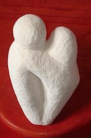 Couple figé en pierre.