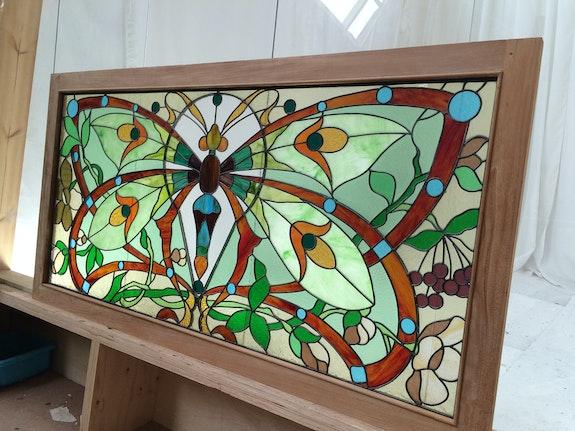 Grand vitrail avec motif de papillon.  Malander