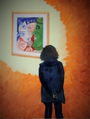 Chantal regardant un tableau de M. Chagall.