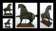 Black extend, sculpture cheval céramique. Equine Art