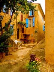 Maison aux volets bleus-Village St. Martin de Bromes. Anita De Martini