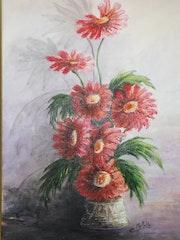 Bouquet de fleur rouges au vase ancien.