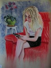 Jeune fille sur canapé rouge.