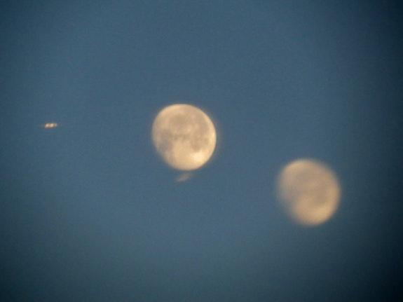 1 Ufo and 2 moons ! … What else ? (Smile). Jmb Jmb