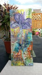 La fleurs Iris violet dans son ecrin arc en ciel..