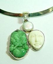 Pendentif en jade ivoire et perle. Sarah Torsin