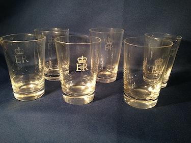 6 Gläser aus dem britischen Königshaus, Monogramm Königin Elisabeth II. , E II. R. Thomas Kern