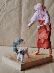 Madame promene son chien. Jean-Michel Masse