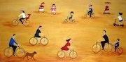 Personas en bicicleta en direcciones opuestas y unos niños jugando..