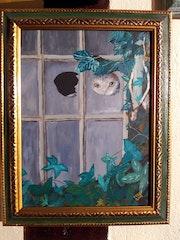 Chat regardant par une vitre cassée..