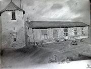 Une partie de l'Ecole publique d'Ayron avec le pigeonnier du château d'Ayron.