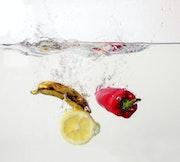 Des fruits et des légumes splash dans l'eau. Saloua Alamri
