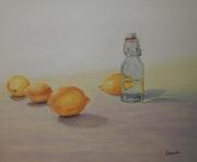 Limones y botella.