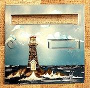 Un phare breton perdu dans les embruns.