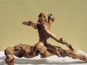 Ninja'storie. Sculpture en bois flotté du bord de mer.