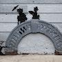 Sur le pont d'Avignon. Banksy