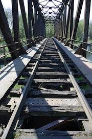 Pont chemin de fer en péril. Artiste Patricia Mazzeo