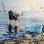 Retour de pêche, le nettoyage des poissons. Dominique Thomas