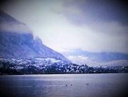 Vue d'un lac en hiver.
