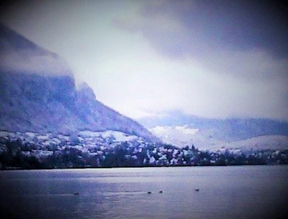 Vue d'un lac en hiver. B. G. Brigitte Grenesche