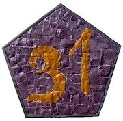 Numéro de maison en émaux de verre et cadre pentagone en laiton. Atelier De Mosaïque d'art Urschel l'artisan
