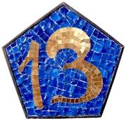 Numéro de maison tesselle en or et émaux de verre cadre pentagone laiton. Atelier De Mosaïque d'art Urschel l'artisan