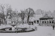 Place des Vosges. La fontaine et le kiosque à musique.. Gérard Baty
