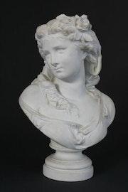 Buste en biscuit buste de» jeune femme une fleur dans les cheveux».