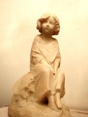 Statue en marbre : «jeune fille assise».