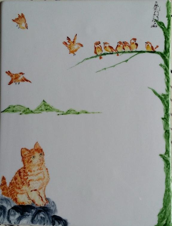 Chat et moineaux en face à face - peinture chinoise «xieyi» sur porcelaine. Plume Magicienne Plume Magicienne
