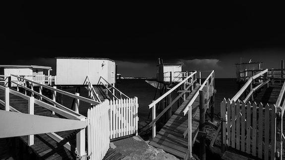 Cabannes en noir et blanc. Jorg Becker Jorg Becker
