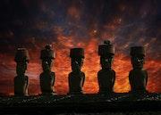 Fünf Moai-Statuen mit Hüten (Pukao) auf der Ahu-Plattform Anakena..