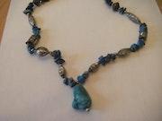 Collier artisanal de turquoise et lapis lazuli naturels avec des ornements argen.