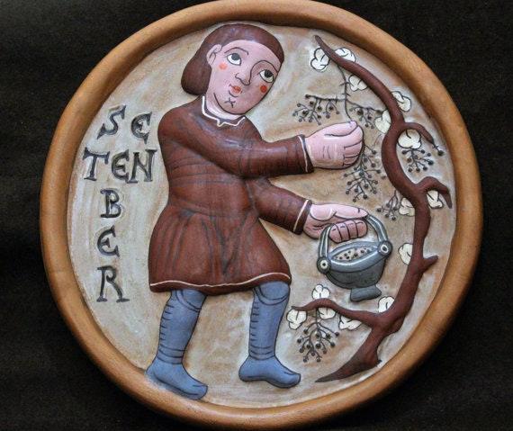 Septiembre - Medallón hecho a mano en barro cocido policromado.. Ceramicamanos Ceramicamanos
