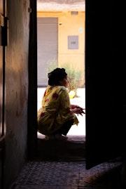 Mujer sentada mirando la calle.